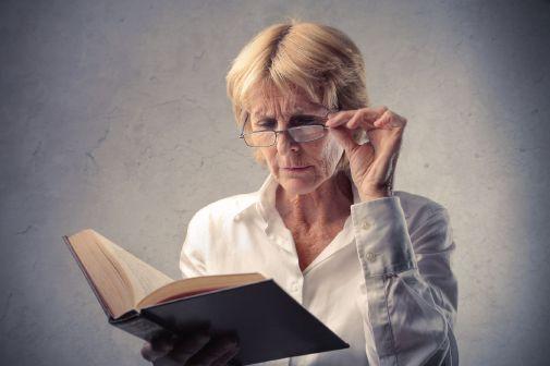 קריאה בספר במשקפיים
