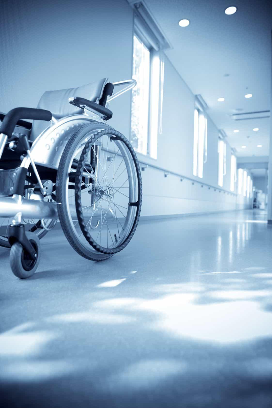 כיסא גלגלים במסדרון