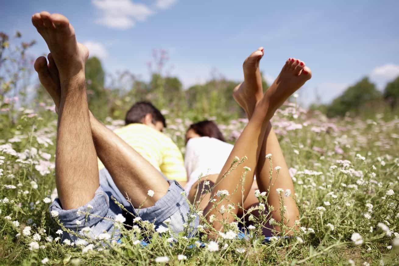 זוג שוכב ביחד בשדה