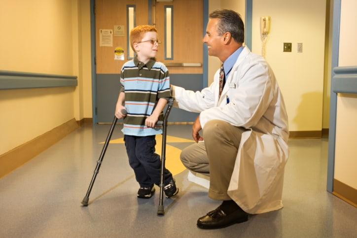רופא וילד מיוחד בקביים
