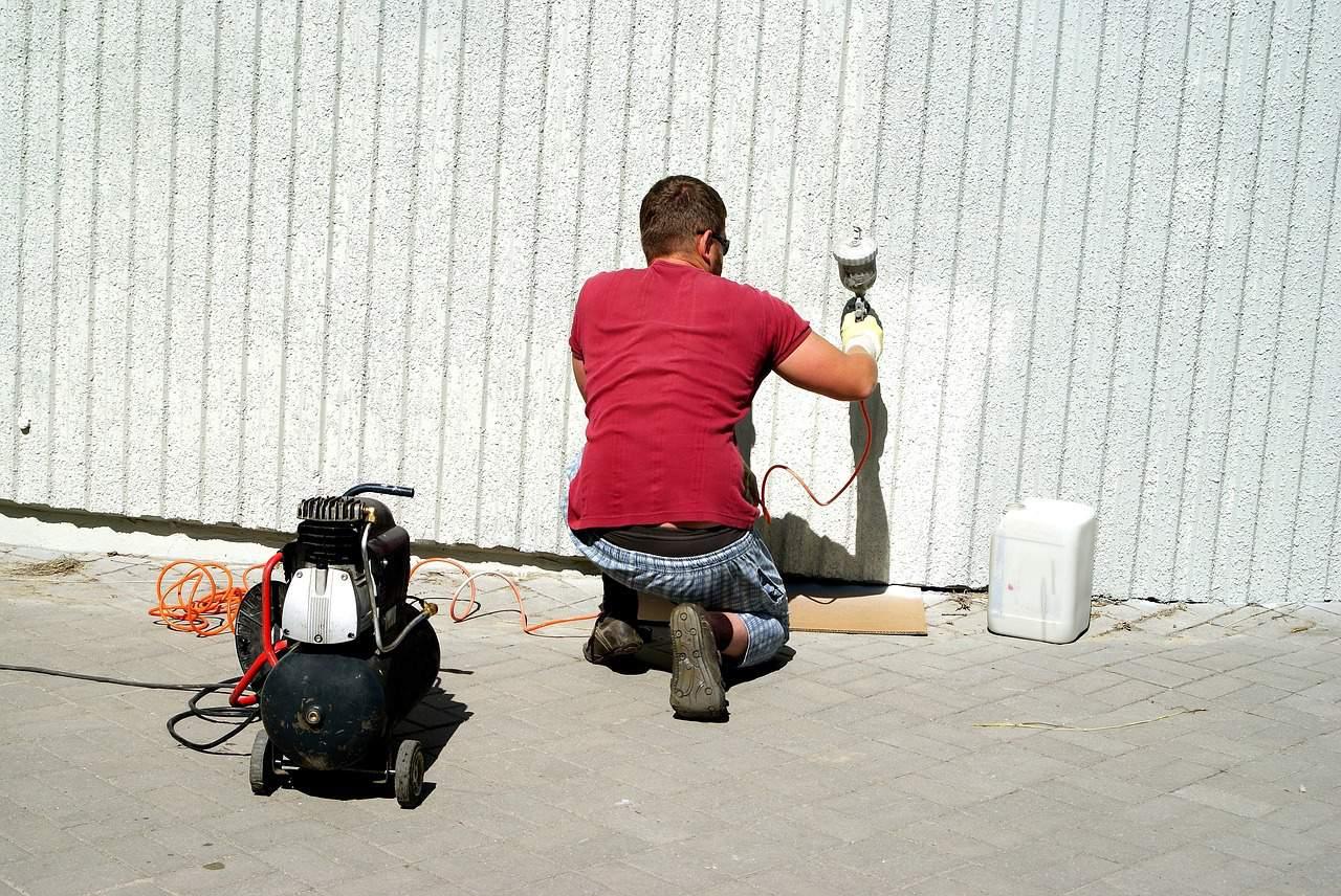 קבלן שיפוצים צובע קיר