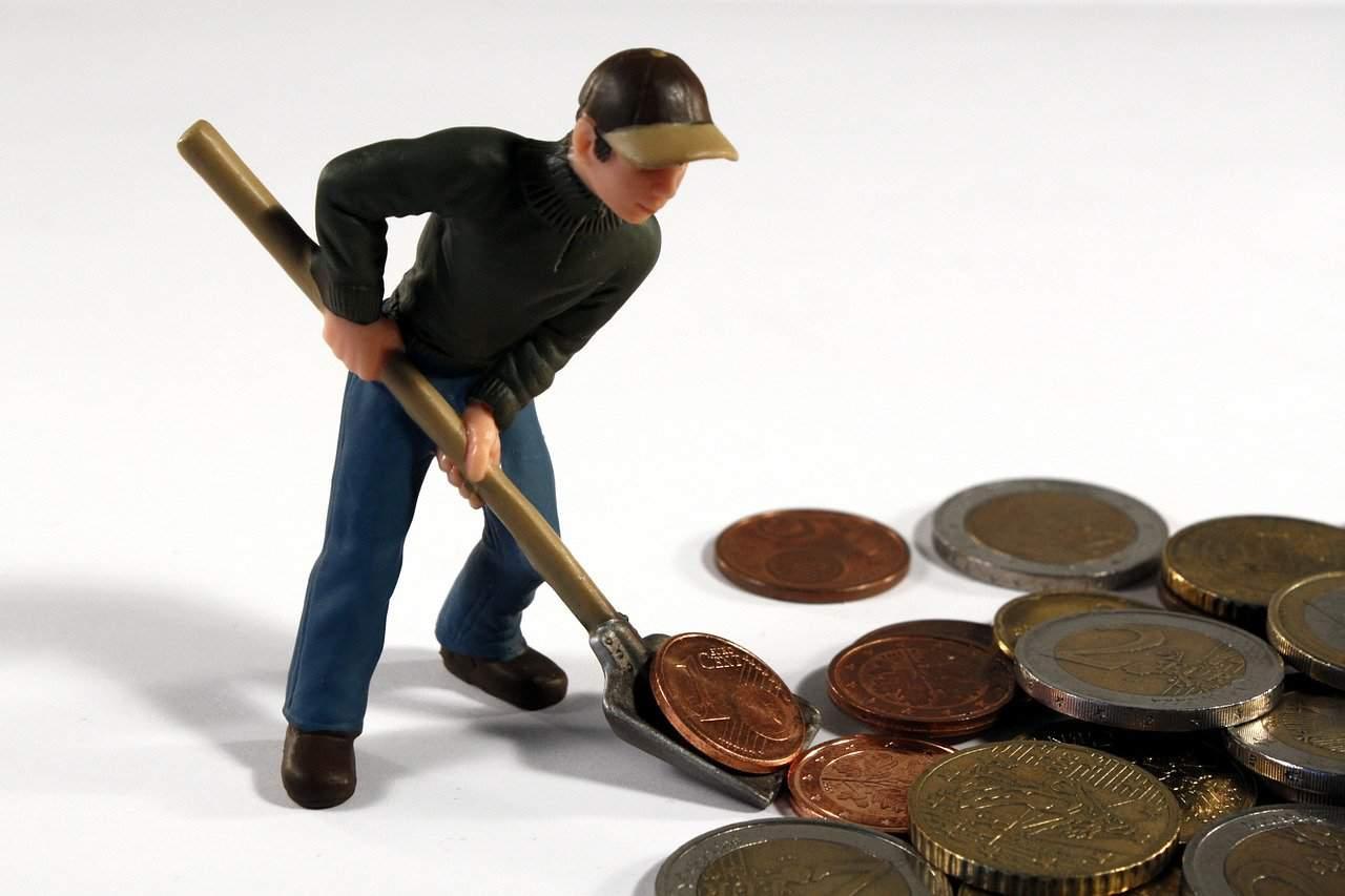 דמות גורפת מטבעות