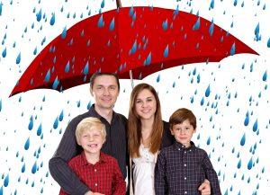 משפחה מתחת למטריה